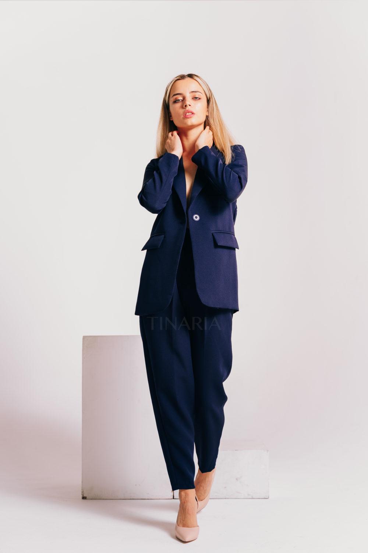 Костюм с однобортным пиджаком и брюками бананами в синем цвете