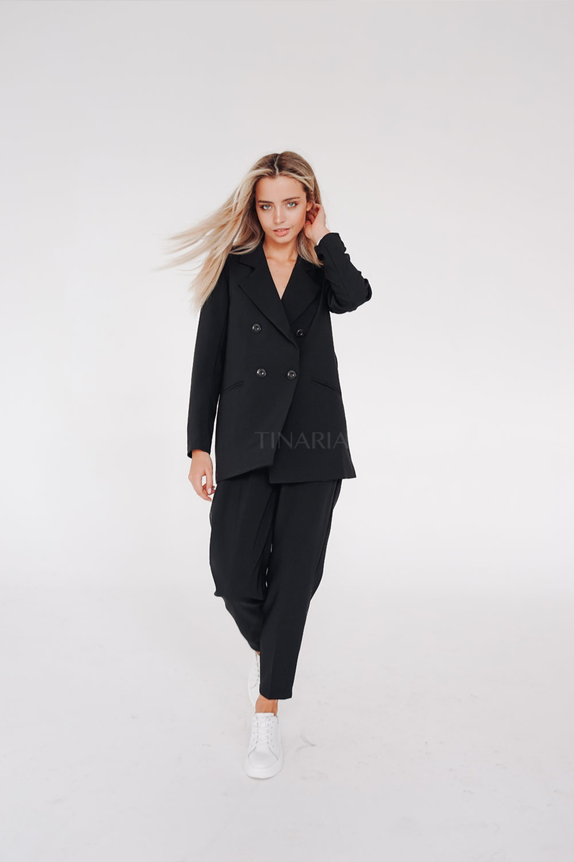 Костюм с двубортным пиджаком и брюками бананами в черном цвете