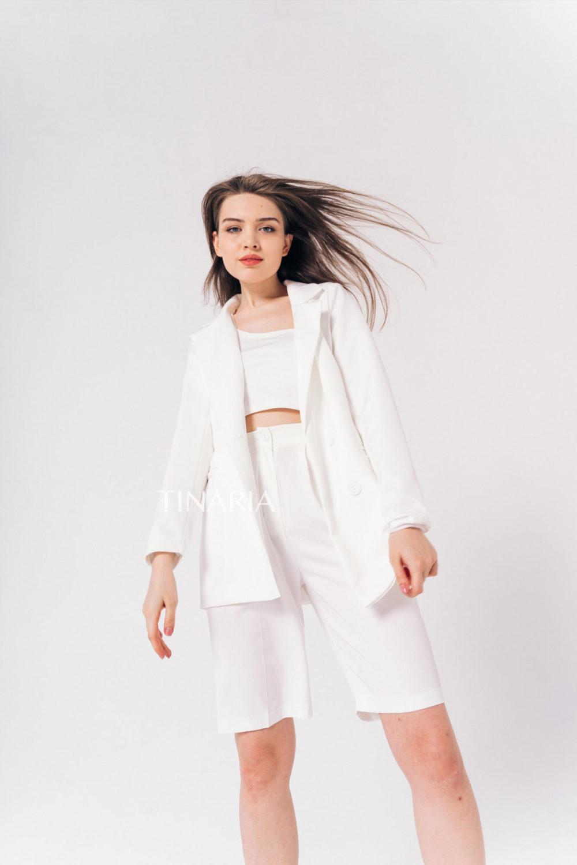 Костюм с двубортным пиджаком и шортами бермудами в белом цвете
