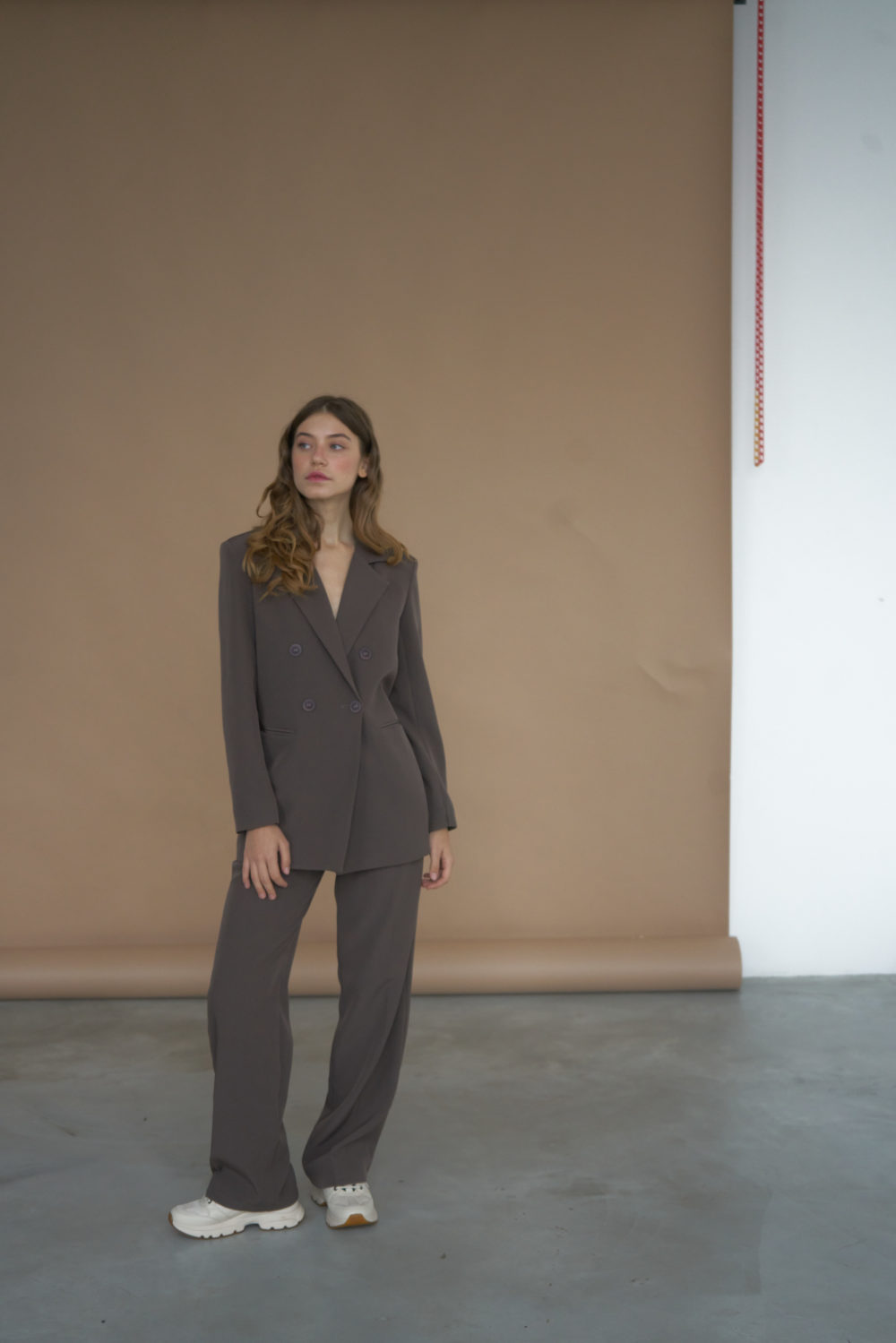 Костюм с прямым пиджаком и широкими брюками в цвете холодный шоколад