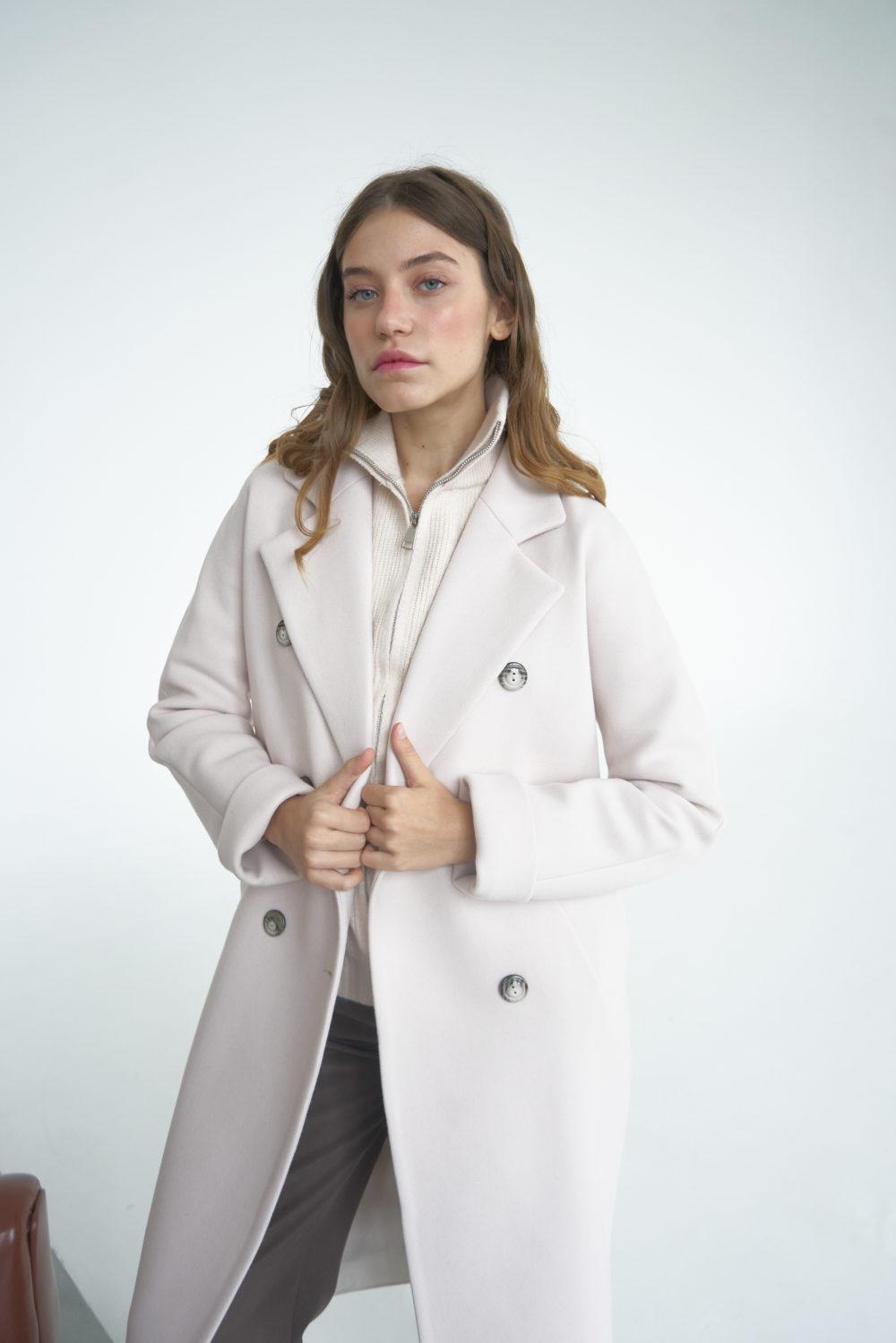 Двубортное пальто в молочном цвете