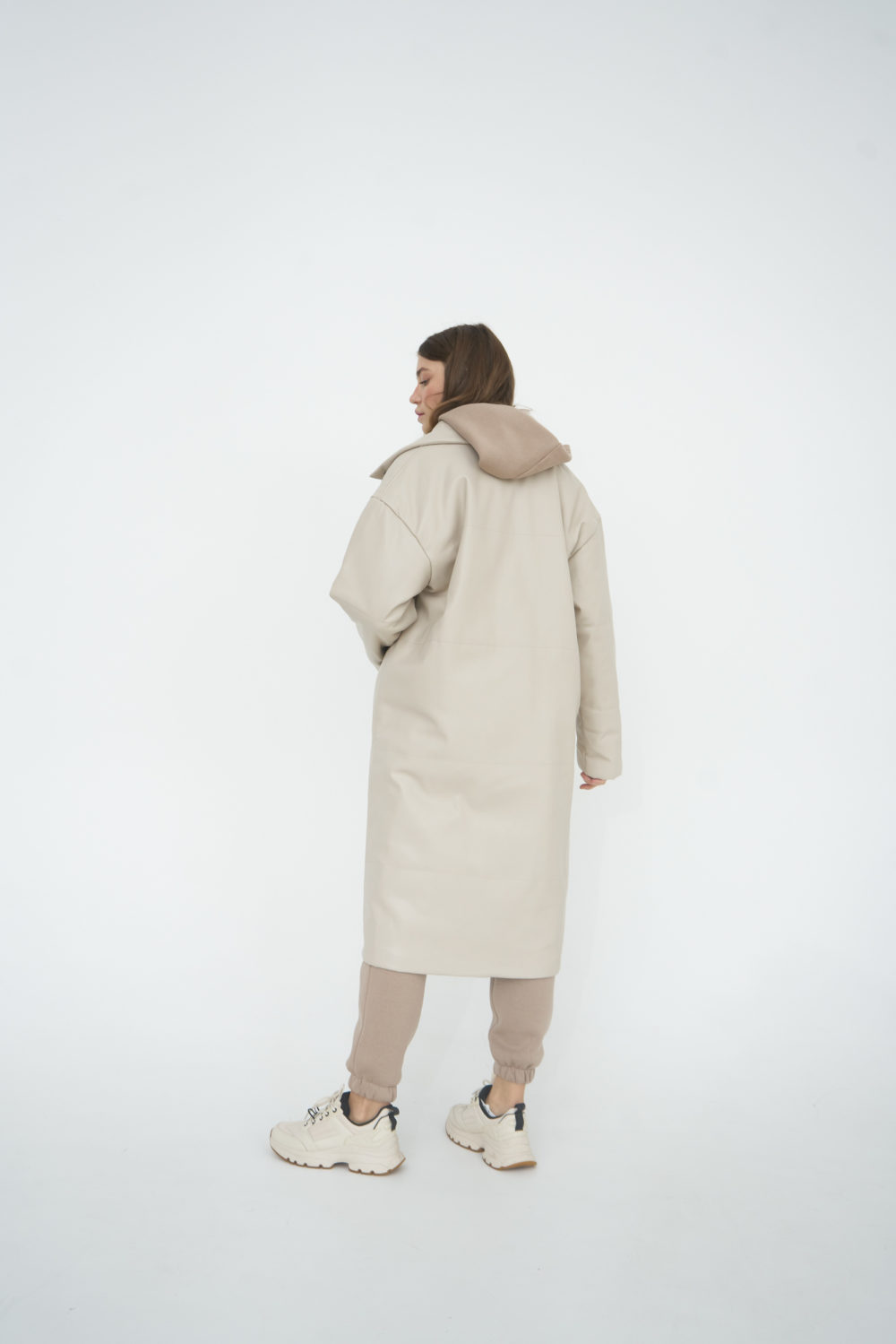 Утепленная куртка из эко-кожи в молочном цвете