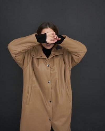 Утепленная куртка из эко-кожи в цвете карамель