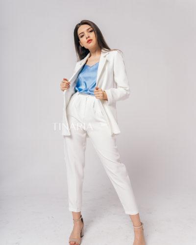 Костюм с двубортным пиджаком и брюками бананами в белом цвете