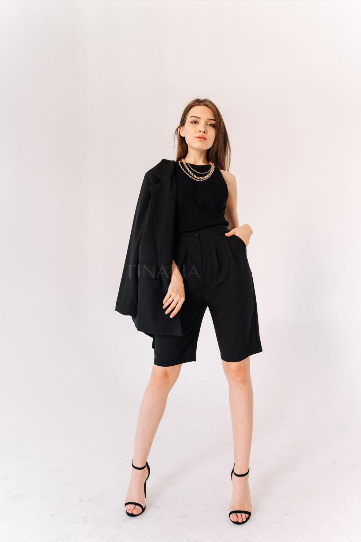 Костюм с двубортным пиджаком и шортами бермудами в черном цвете