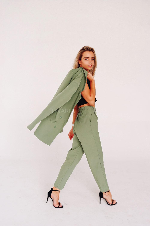 Костюм с двубортным пиджаком и брюками бананами в цвете фисташка