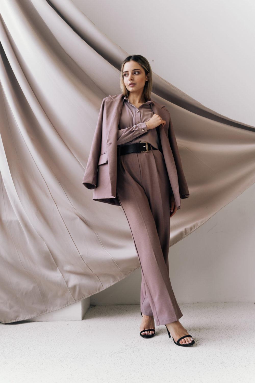 Костюм c прямым пиджаком и широкими брюками со стрелками в цвете пепел розы