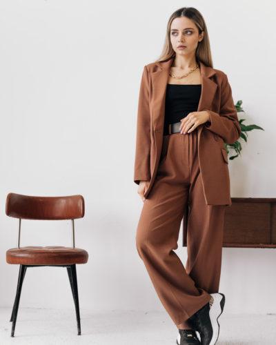 Костюм c прямым пиджаком и широкими брюками со стрелками