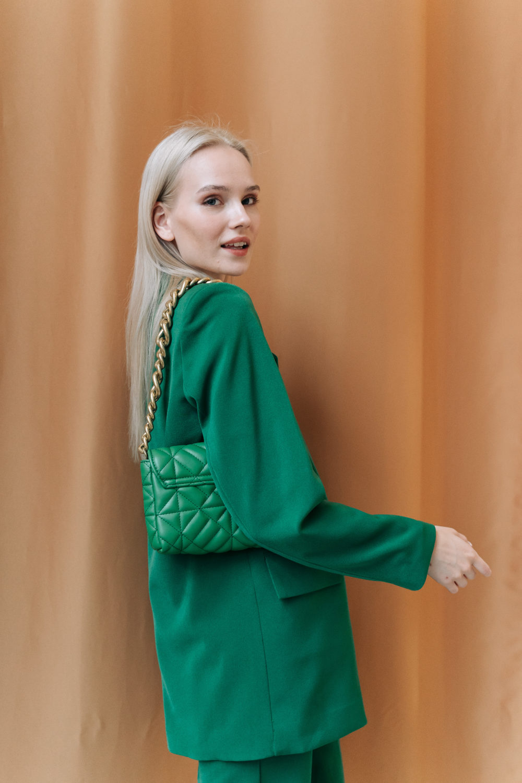 Костюм с двубортным пиджаком и шортами бермудами в зеленом цвете