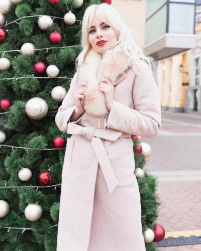 Зимнее пальто со спущенным плечом в молочном оттенке с мехом сибирской лисы 110 см