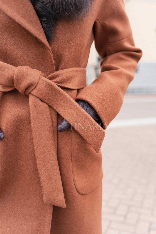 Зимнее пальто со спущенным плечом в медовом оттенке с мехом песца 110 см