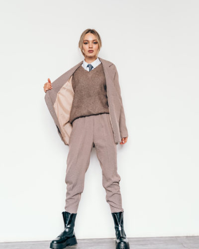 Костюм с двубортным пиджаком и брюками бананами гусиная лапка