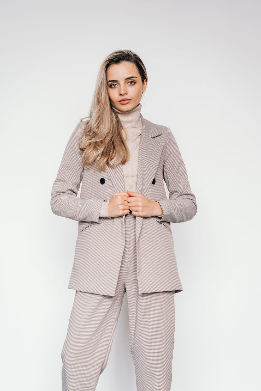 Костюм с двубортным пиджаком и брюками бананами гусиная лапка (пудра)