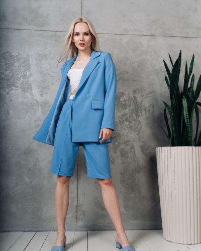 Костюм с двубортным пиджаком и шортами бермудами в небесно-голубом цвете