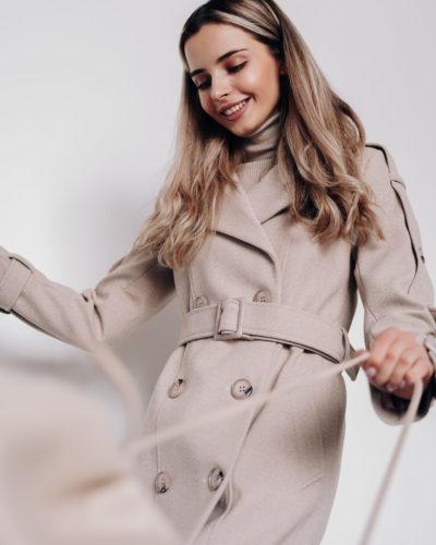 Пальто под тренч с ремнями вдоль рукавов молочная диагональ