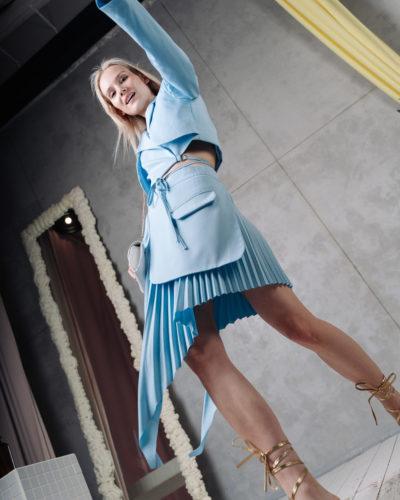 Костюм с асимметричной юбкой в голубом цвете