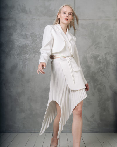Костюм с асимметричной юбкой в белом цвете