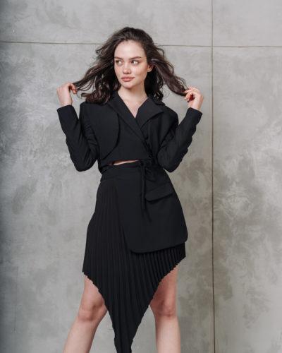Костюм с асимметричной юбкой в черном цвете