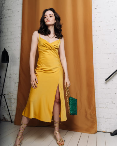 Платье комбинация с разрезом в желтом цвете