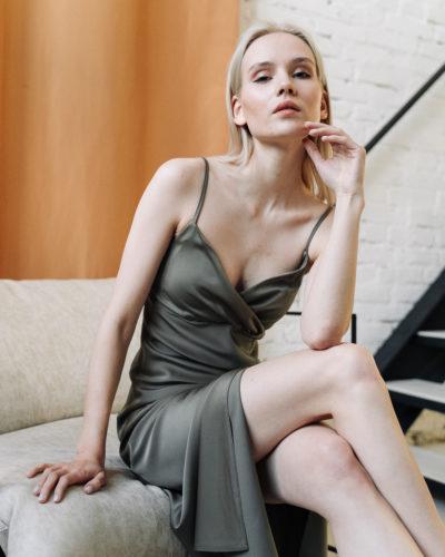 Платье комбинация с разрезом в цвете оливы