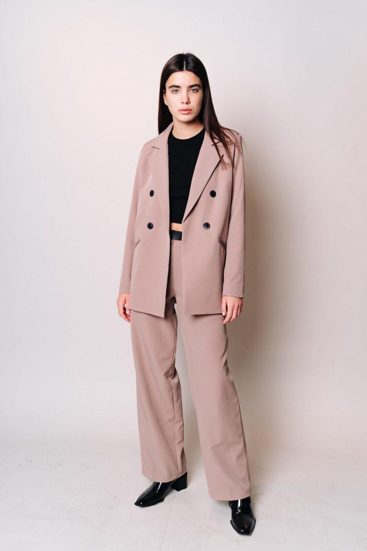 Костюм с двубортным пиджаком и широкими брюками в кофейном цвете