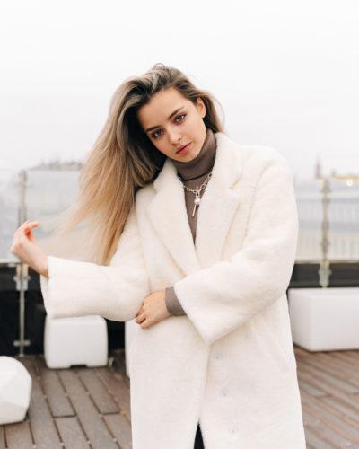 Зимнее пальто из шерсти альпаки в молочном цвете