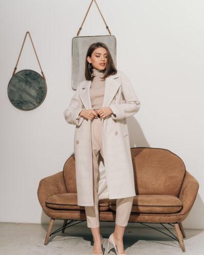 Двубортное пальто в клетку белого цвета