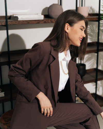Костюм с двубортным пиджаком и брюками бананами в цвете темный шоколад