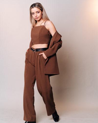 Костюм с прямым пиджаком, топом и широкими брюками в коричневом цвете