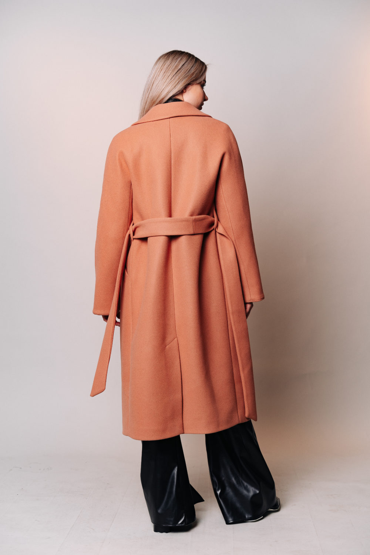 Зимнее пальто-халат в цвете медовый кэмел