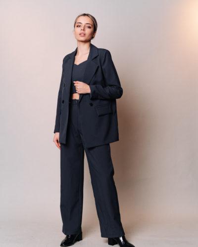 Костюм с прямым пиджаком, топом и широкими брюками в цвете графит