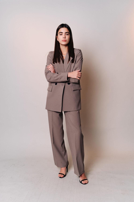 Костюм с прямым пиджаком, топом и широкими брюками в цвете каппучино