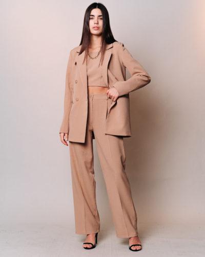 Костюм с прямым пиджаком, топом и широкими брюками в бежевом цвете