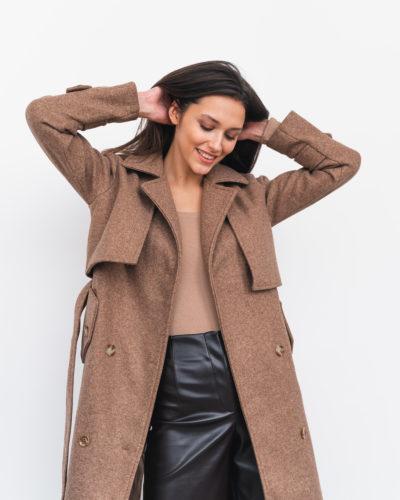 Пальто под тренч в медовом оттенке с пуговицами сзади