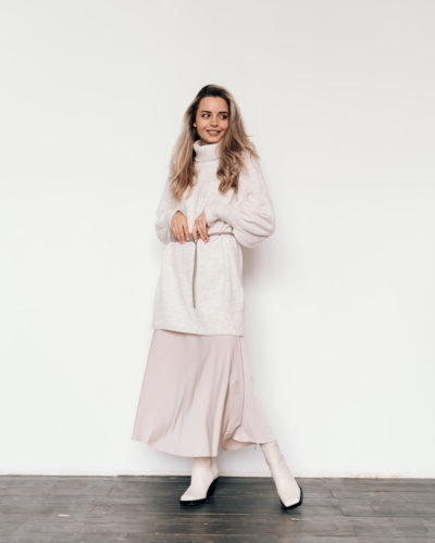 Удлиненный оверсайз свитер из шерсти в молочном оттенке