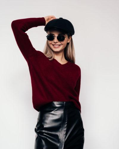 Трикотажный теплый пуловер винного цвета