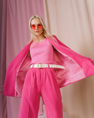 Костюм с двубортным пиджаком и шортами бермудами в цвете фуксии