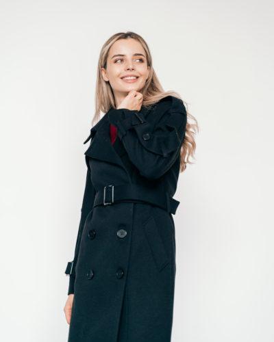 Пальто под тренч с ремнями вдоль рукавов в черном цвете