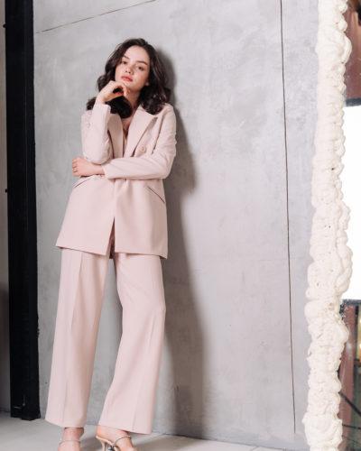 Костюм c прямым пиджаком и широкими брюками со стрелками в молочном цвете