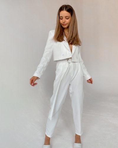 Костюм с укороченным пиджаком в белом цвете