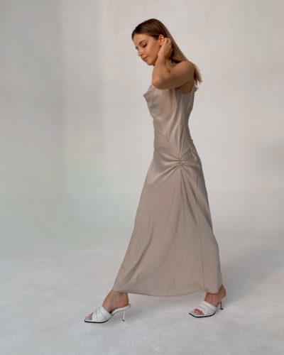 Платье комбинация с завязками и сборкой в жемчужном оттенке