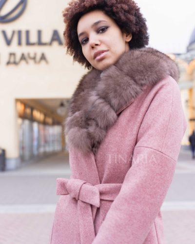 Зимнее пальто со спущенным плечом в пудровом оттенке с мехом песца 110см